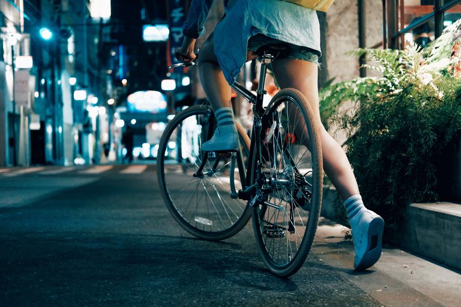Zij blijven op hun fiets stappen. Als vrouw. Alleen.