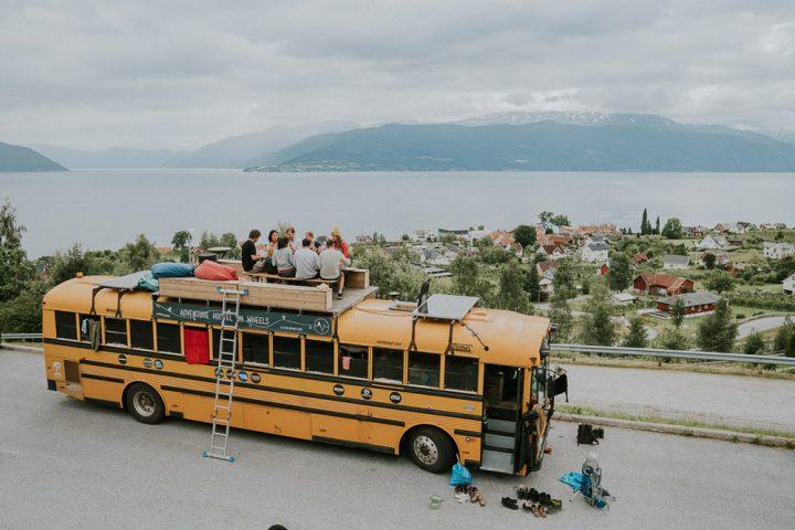 Valerie en Tim bouwden een schoolbus om tot rijdend hostel